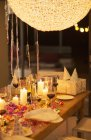 Kerzen und Geschenke am Tisch auf Geburtstagsparty — Stockfoto