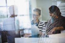 Ділові люди, планування, обговорювали документи в офісі — стокове фото