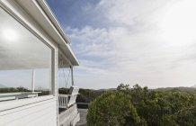 Солнечный белые дома Витрина внешний вид, в окружении зеленых деревьев — стоковое фото
