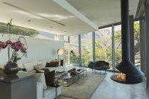 Роскошный современный камин и гостиная дома витрина — стоковое фото