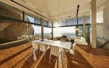 Sole splendente in moderna casa di lusso vetrina sala da pranzo con vista sull'oceano — Foto stock