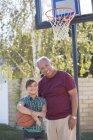 Portrait de grand-père et sa petite-fille jouant au basketball — Photo de stock
