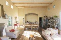 Сонце світить у вітальні в приміщенні — стокове фото