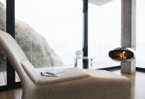 Chaise et cheminée dans le salon moderne — Photo de stock
