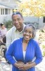 Портрет улыбающейся пожилой пары на открытом воздухе — стоковое фото