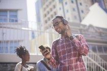 Mann hört MP3-Player im Freien — Stockfoto