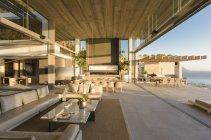 Moderna, casa de luxo vitrine interior sala de estar aberta ao pátio — Fotografia de Stock