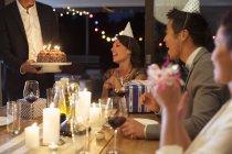 Mann mit Geburtstagstorte auf party — Stockfoto