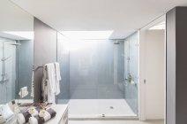 Modern luxury home showcase interior bathroom with shower — Photo de stock