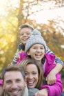 Портрет ентузіазму сім'ї обіймати на відкритому повітрі — стокове фото