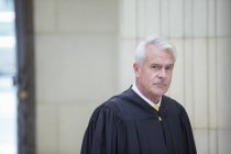 Judge standing in courthouse — Stock Photo