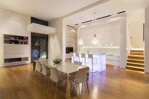 Їдальнею та кухнею в сучасний будинок — стокове фото
