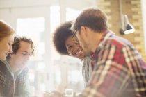 Щасливі молодих друзі говорили в кафе — стокове фото