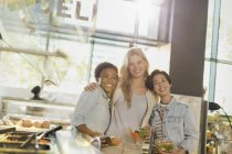 Портрет посміхаючись молодих жінок, насолоджуючись салат-бар в продуктовому магазині ринку — стокове фото
