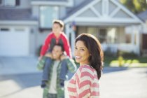 Portrait de femme souriante en famille dans la rue — Photo de stock