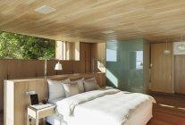 Soleado dormitorio moderno en el interior - foto de stock