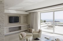 Sala de estar interior bege e branco luxo casa vitrine — Fotografia de Stock