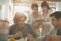 Junge Paare College-Studenten studieren mit digitalem Tablet — Stockfoto