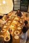 Des amis qui se grillent au dîner — Photo de stock