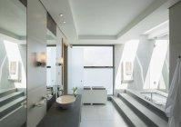 Интерьер ванной в дневное время — стоковое фото