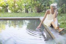 Donna rilassante a bordo piscina — Foto stock