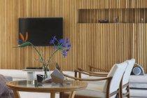 Столик, кресла и телевидения в современной гостиной — стоковое фото