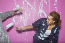 Paar spielt mit Farbe — Stockfoto