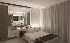 Iluminado, luxo casa vitrine interior quarto moderno — Fotografia de Stock