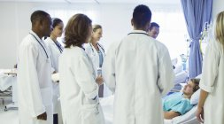 Residentes examinar a paciente en sala de hospital y médico - foto de stock