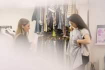 Compradores de moda examinando roupas juntos — Fotografia de Stock