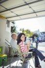Портрет усміхається жінка, пити каву в гаражі — стокове фото
