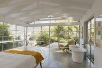 Quarto interior de luxo em casa vitrine com vista para o jardim — Fotografia de Stock