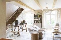 Canapés et escalier dans le salon moderne — Photo de stock