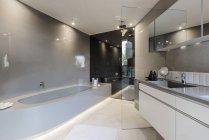 Современная роскошь дома витрина интерьер ванной — стоковое фото