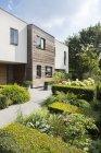 Casa moderna e jardim paisagístico — Fotografia de Stock