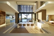 Moderna casa de lujo muestra interior y patio con piscina - foto de stock