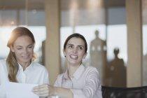 Lächelnd, begeisterte geschäftsfrau in Zimmer Tagung — Stockfoto