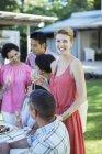 Mulher sorrindo para festa ao ar livre — Fotografia de Stock