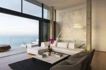 Sala de estar moderna com vista para o oceano — Fotografia de Stock