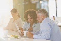 Деловых людей пить кофе и с помощью цифрового планшета — стоковое фото