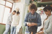 Junges Paar Mitbewohner kochen in Küche — Stockfoto