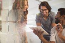 Усміхнених людей творчих бізнес планування, використовуючи цифровий планшетний зустрічі — стокове фото
