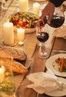 Frau gießt Wein bei Dinner-party — Stockfoto