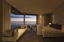 Crepúsculo vista al mar más allá de casa de lujo dormitorio escaparate - foto de stock