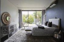 Dormitorio elegante de lujo durante el día - foto de stock
