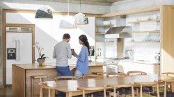 Пара, використовуючи цифровий планшетний кухні — стокове фото