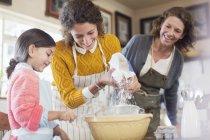 Drei Generationen von Frauen backen gemeinsam — Stockfoto