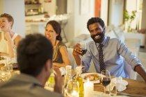 Друзі говорили на обіді — стокове фото