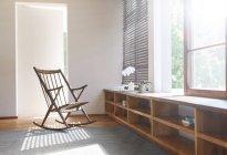 Качалка и ковер в современной спальне — стоковое фото