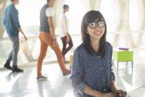 Portrait de femme d'affaires décontractée confiante dans un bureau ensoleillé — Photo de stock